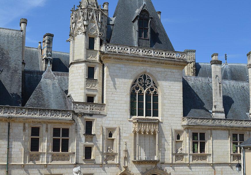Façade Est du palais Jacques Cœur, Crédit Aurore Proudhon - Centre des monuments nationaux wp